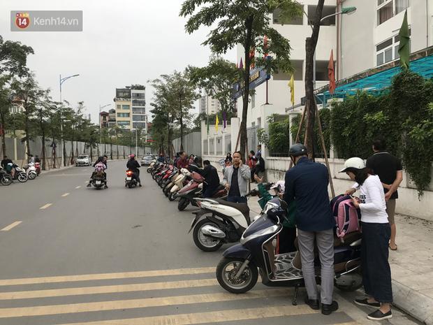 Không còn cảnh chen lấn xô đẩy, phụ huynh ở Hà Nội xếp hàng đón con một cách ngăn nắp đáng kinh ngạc - Ảnh 2.