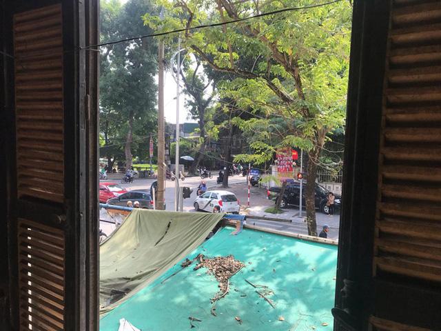Bên trong căn biệt thự kiểu Pháp hoang tàn trên đất vàng Hà Nội trở thành nơi gửi xe - Ảnh 16.