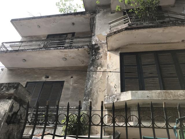 Bên trong căn biệt thự kiểu Pháp hoang tàn trên đất vàng Hà Nội trở thành nơi gửi xe - Ảnh 3.