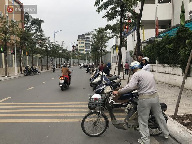 Không còn cảnh chen lấn xô đẩy, phụ huynh ở Hà Nội xếp hàng đón con một cách ngăn nắp đáng kinh ngạc - Ảnh 9.