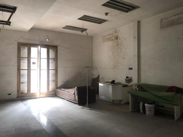 Bên trong căn biệt thự kiểu Pháp hoang tàn trên đất vàng Hà Nội trở thành nơi gửi xe - Ảnh 10.