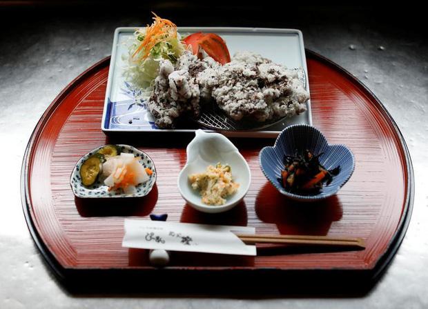 Đăng video ăn thịt cá voi xanh mua ở Nhật khiến dân mạng tranh cãi nảy lửa, Quỳnh Trần JP lên tiếng đáp trả cực gắt - Ảnh 12.