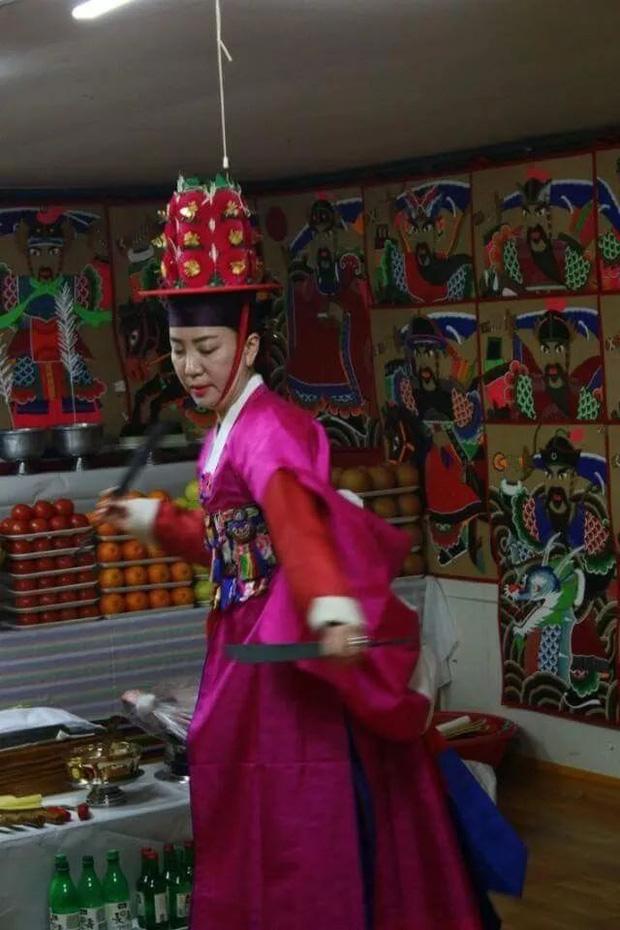 Pháp sư Shaman: Bất chấp sự phản đối kịch liệt thuở xưa để trở thành tín ngưỡng ăn sâu vào mọi mặt đời sống Hàn Quốc - Ảnh 2.