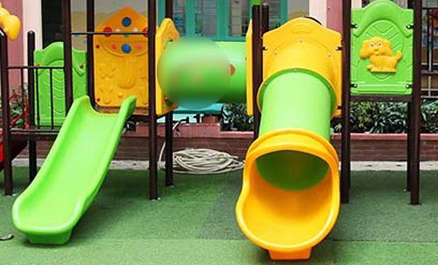 Hà Nội: Bé trai 3 tuổi tử vong ở trường mầm non do mắc kẹt khi chơi cầu trượt - Ảnh 1.