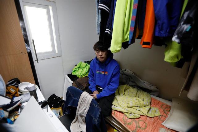 Chùm ảnh: Thảm cảnh của những thanh niên mang kiếp thìa bẩn ở Hàn Quốc - Ảnh 1.