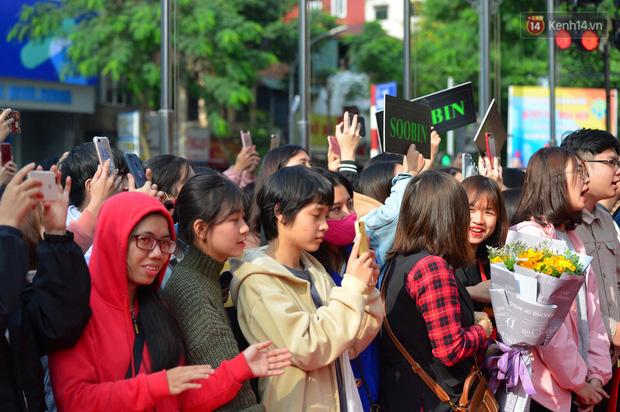 Chùm ảnh: Người dân Hà Nội xếp hàng dài từ sớm, tranh thủ săn hàng giảm giá ngày Black Friday - Ảnh 3.