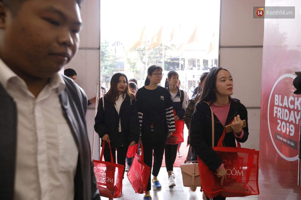 Chùm ảnh: Người dân Hà Nội xếp hàng dài từ sớm, tranh thủ săn hàng giảm giá ngày Black Friday - Ảnh 5.