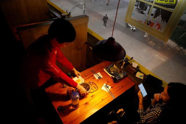 Chùm ảnh: Thảm cảnh của những thanh niên mang kiếp thìa bẩn ở Hàn Quốc - Ảnh 9.