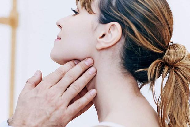 Chỉ với 3 ngón tay, bạn có thể tự kiểm tra xem mình đang có nguy cơ mắc ung thư vòm họng hay không - Ảnh 3.