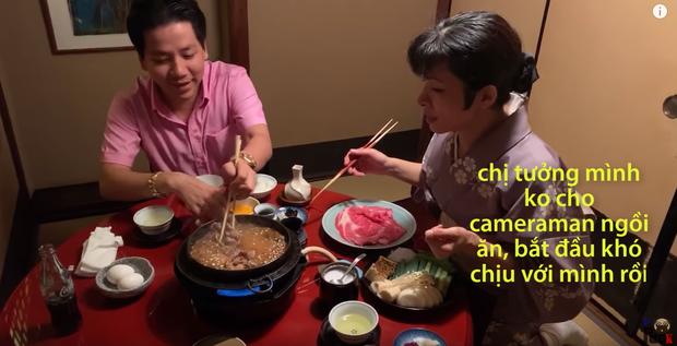 Sự cố mới của Khoa Pug, khiến phụ nữ Nhật quỳ khóc xin cho cameraman được ăn: Hot Youtuber hứng gạch chỉ trích  - Ảnh 4.