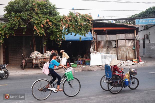 Cô bé 12 tuổi sáng đi học, tối đẩy xe lăn cùng mẹ bán vé số ở Sài Gòn: Con ước được nghỉ bán 1 ngày để ngồi ăn cơm với ba mẹ - Ảnh 4.