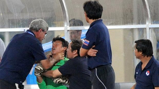 Tròn 10 năm HLV trưởng U23 Việt Nam bóp cổ thủ môn ở chung kết SEA Games: Khoảnh khắc ám ảnh vẫn chưa có lời giải - Ảnh 1.