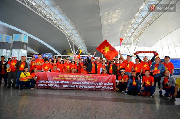 Hàng trăm CĐV nhuộm đỏ sân bay Nội Bài, lên đường sang Philippines tiếp lửa cho ĐT Việt Nam trong trận chung kết SEA Games 30 - Ảnh 1.