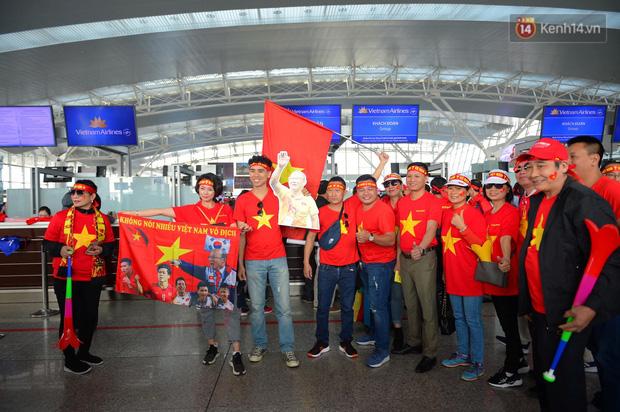 Hàng trăm CĐV nhuộm đỏ sân bay Nội Bài, lên đường sang Philippines tiếp lửa cho ĐT Việt Nam trong trận chung kết SEA Games 30 - Ảnh 2.