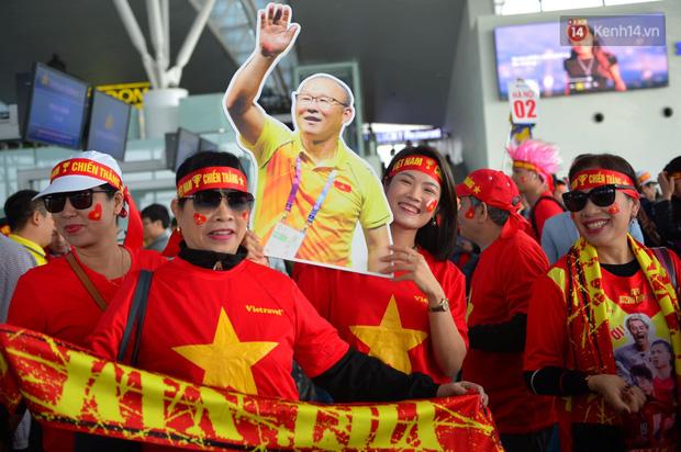 Hàng trăm CĐV nhuộm đỏ sân bay Nội Bài, lên đường sang Philippines tiếp lửa cho ĐT Việt Nam trong trận chung kết SEA Games 30 - Ảnh 3.