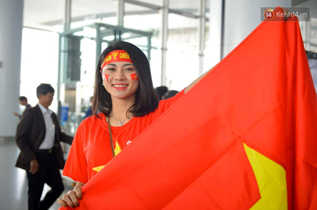 Hàng trăm CĐV nhuộm đỏ sân bay Nội Bài, lên đường sang Philippines tiếp lửa cho ĐT Việt Nam trong trận chung kết SEA Games 30 - Ảnh 4.