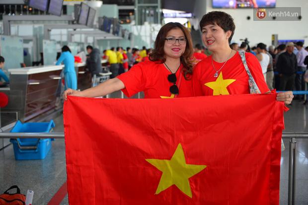 Hàng trăm CĐV nhuộm đỏ sân bay Nội Bài, lên đường sang Philippines tiếp lửa cho ĐT Việt Nam trong trận chung kết SEA Games 30 - Ảnh 5.