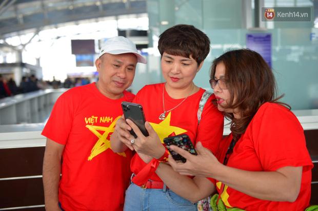 Hàng trăm CĐV nhuộm đỏ sân bay Nội Bài, lên đường sang Philippines tiếp lửa cho ĐT Việt Nam trong trận chung kết SEA Games 30 - Ảnh 9.
