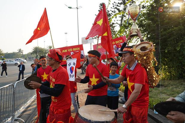 Xe buýt đưa đoàn thể thao Việt Nam rời sân bay Nội Bài, hàng trăm CĐV đứng 2 bên vẫy tay chào đón nồng nhiệt - Ảnh 1.