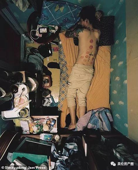 Những bức ảnh phơi bày cuộc sống của người có thu nhập thấp ở Hàn Quốc: Nghẹt thở trong những căn phòng ốc sên chỉ vỏn vẹn 4,6 mét vuông - Ảnh 1.