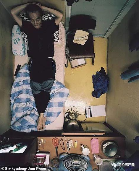 Những bức ảnh phơi bày cuộc sống của người có thu nhập thấp ở Hàn Quốc: Nghẹt thở trong những căn phòng ốc sên chỉ vỏn vẹn 4,6 mét vuông - Ảnh 2.