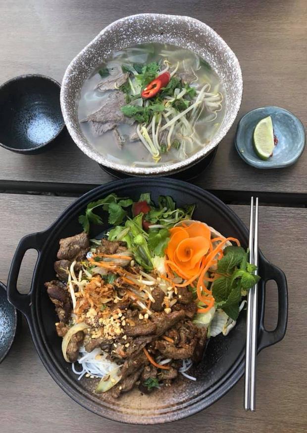 Review đồ ăn Việt ở nước ngoài: hoa quả vừa đắt lại vừa hiếm, các món bún phở giá cao ngất ngưởng mà chất lượng thì hên xui - Ảnh 11.