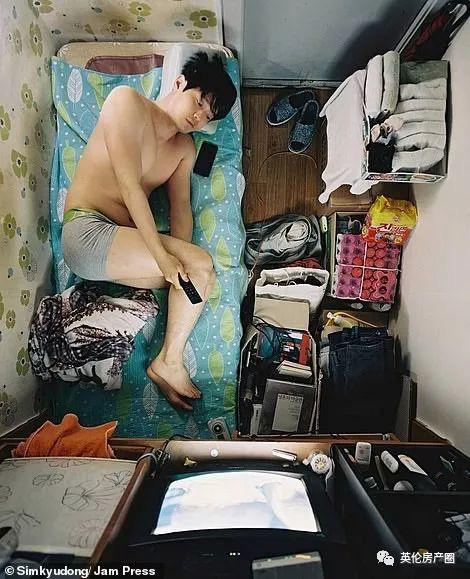 Những bức ảnh phơi bày cuộc sống của người có thu nhập thấp ở Hàn Quốc: Nghẹt thở trong những căn phòng ốc sên chỉ vỏn vẹn 4,6 mét vuông - Ảnh 14.