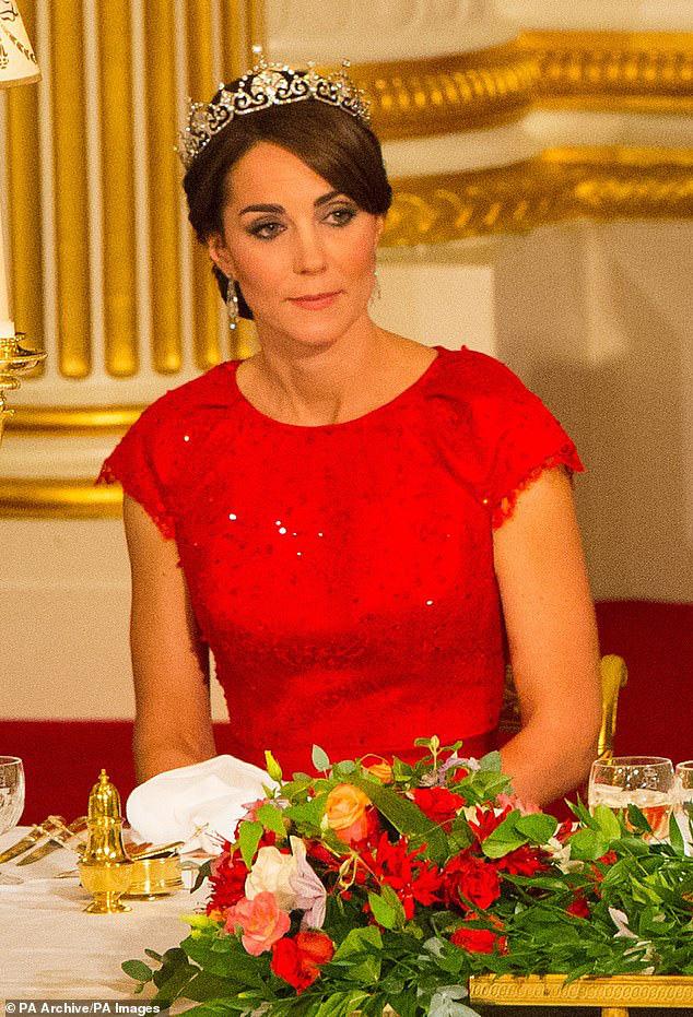 Công nương Kate ngày càng mang khí chất của một Hoàng hậu trong tương lai, khác một trời một vực so với hình ảnh bị chê bai cách đây 4 năm - Ảnh 3.
