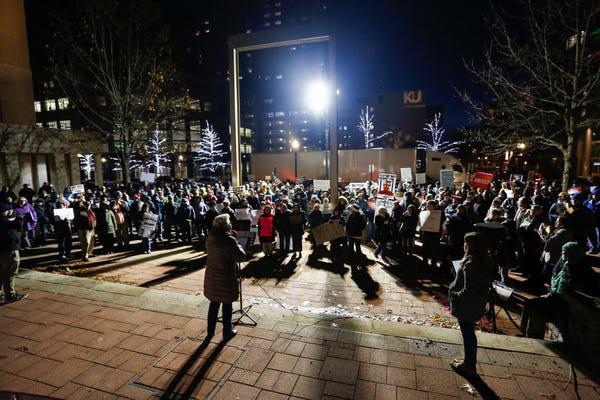 Dân Mỹ rủ nhau xuống đường ủng hộ luận tội Tổng thống Trump - Ảnh 11.