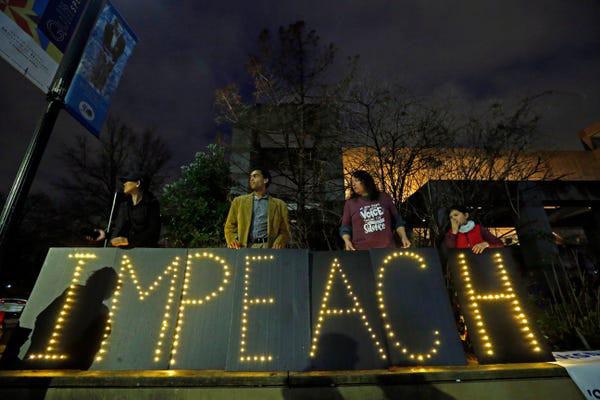 Dân Mỹ rủ nhau xuống đường ủng hộ luận tội Tổng thống Trump - Ảnh 10.