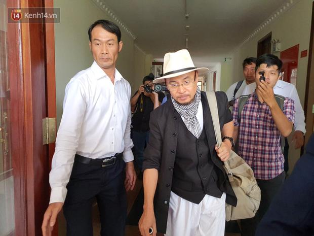 Xin đổi thẩm phán không thành, bà Lê Hoàng Diệp Thảo rưng rưng: Cả 5 mẹ con tôi van xin HĐXX xem xét để chúng tôi có cơ hội đoàn tụ, chăm sóc sức khỏe cho chồng - Ảnh 2.