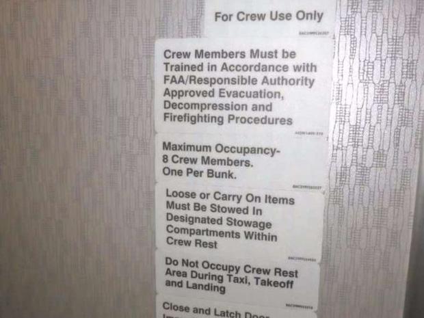 Hoá ra trên máy bay có phòng ngủ riêng cho phi công và tiếp viên: phải đi vào bằng lối bí mật, độ rộng - hẹp thì còn tuỳ - Ảnh 3.