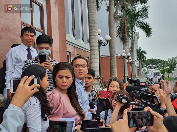 Xin đổi thẩm phán không thành, bà Lê Hoàng Diệp Thảo rưng rưng: Cả 5 mẹ con tôi van xin HĐXX xem xét để chúng tôi có cơ hội đoàn tụ, chăm sóc sức khỏe cho chồng - Ảnh 9.