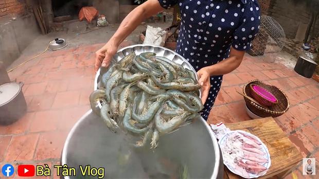 Bà Tân Vlog lại khiến dân mạng hoang mang khi sáng chế ra món ăn mới: Cơm hải sản = cơm trắng + đặt hải sản lên trên - Ảnh 3.