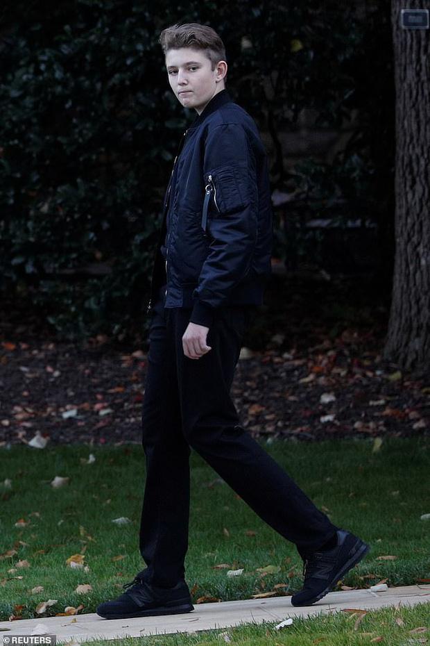 Gia đình Tổng thống Mỹ quay trở lại sau kỳ nghỉ lễ, Barron Trump gây thương nhớ với vẻ ngoài lạnh lùng, sở hữu góc nghiêng thần thánh - Ảnh 5.