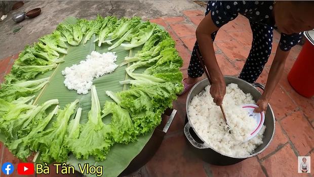 Bà Tân Vlog lại khiến dân mạng hoang mang khi sáng chế ra món ăn mới: Cơm hải sản = cơm trắng + đặt hải sản lên trên - Ảnh 5.