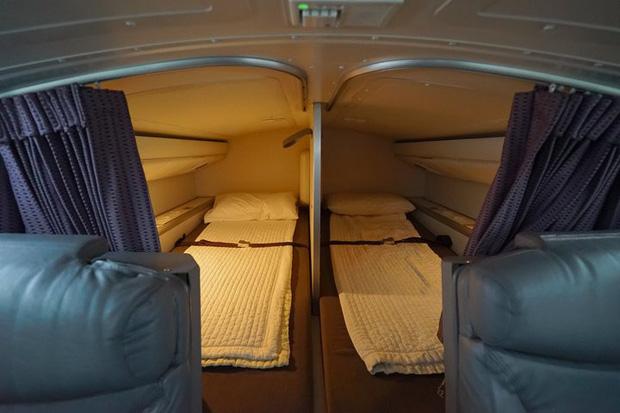Hoá ra trên máy bay có phòng ngủ riêng cho phi công và tiếp viên: phải đi vào bằng lối bí mật, độ rộng - hẹp thì còn tuỳ - Ảnh 7.