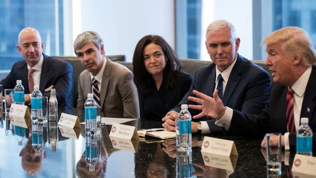 Sheryl Sandberg và một thập kỷ đầy thăng trầm: Từ biểu tượng sáng chói cho phụ nữ trên toàn thế giới đến vụ bê bối dữ liệu chấn động của Facebook - Ảnh 2.