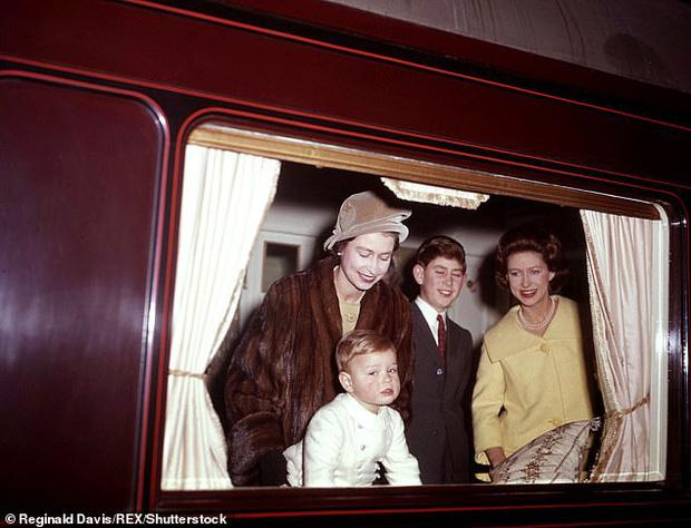 Loạt ảnh hiếm về những khoảnh khắc đón Giáng sinh vui vẻ trong quá khứ của Hoàng gia Anh suốt nhiều thập kỷ khiến dân mạng bồi hồi - Ảnh 2.