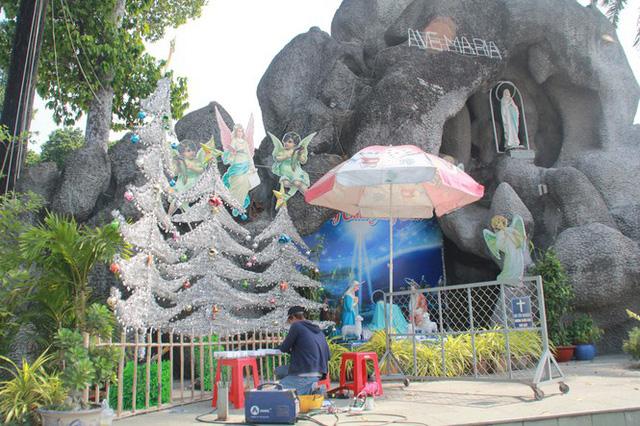 Người Sài Gòn tất bật chuẩn bị chào đón Giáng sinh  - Ảnh 1.