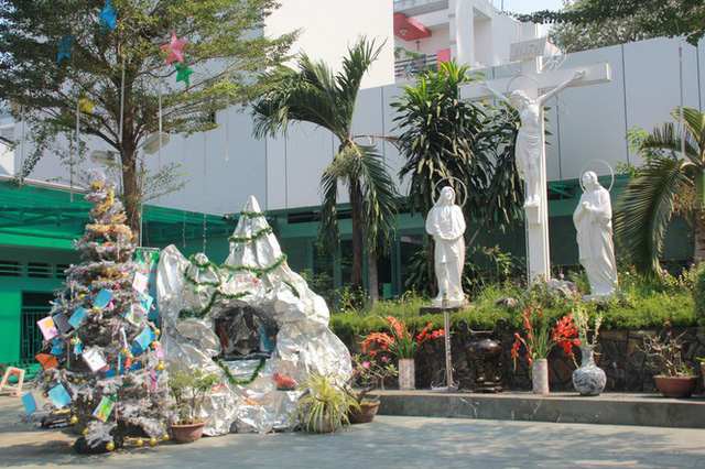 Người Sài Gòn tất bật chuẩn bị chào đón Giáng sinh  - Ảnh 2.