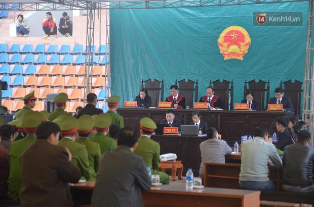 Xét xử thảm án nữ sinh giao gà: Bùi Thị Kim Thu run lẩy bẩy đứng trước vành móng ngựa, liên tục kêu oan - Ảnh 17.
