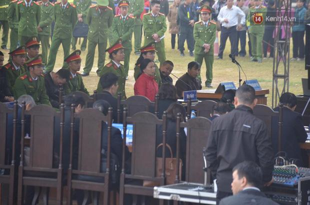 Xét xử thảm án nữ sinh giao gà: Bùi Thị Kim Thu run lẩy bẩy đứng trước vành móng ngựa, liên tục kêu oan - Ảnh 18.