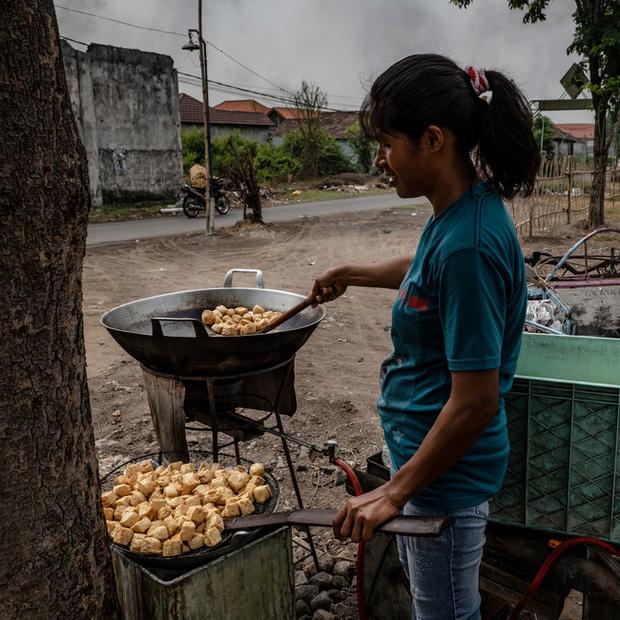 Đậu phụ nhiễm độc ở Indonesia: Món ăn rẻ tiền được sản xuất từ rác thải nhựa của Mỹ chứa hóa chất gây chết người khiến ai cũng rùng mình - Ảnh 4.