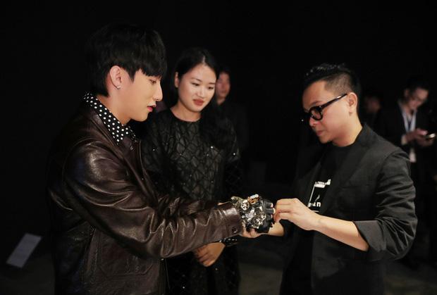 Chủ tịch Sơn Tùng M-TP cực ngầu, chiếm trọn Spotlight trong triển lãm Cục Im Lặng của NTK Nguyễn Công Trí - Ảnh 3.