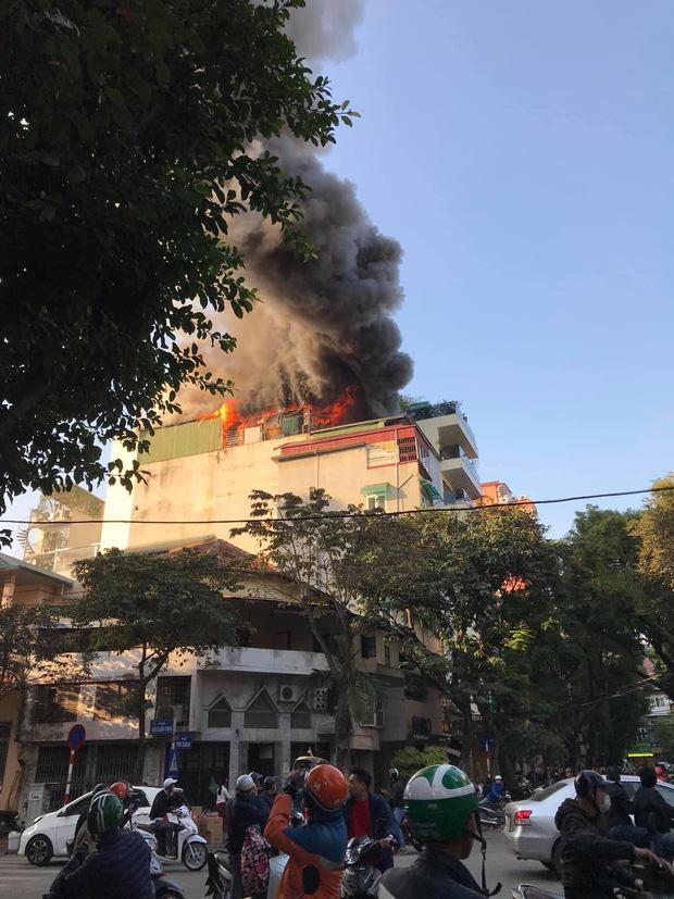 Hà Nội: Cháy dữ dội tầng thượng căn nhà mặt phố Thi Sách, người dân phố cổ hoảng loạn tháo chạy - Ảnh 2.