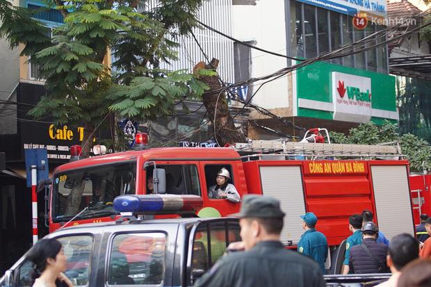 Hà Nội: Cháy dữ dội tầng thượng căn nhà mặt phố Thi Sách, người dân phố cổ hoảng loạn tháo chạy - Ảnh 3.