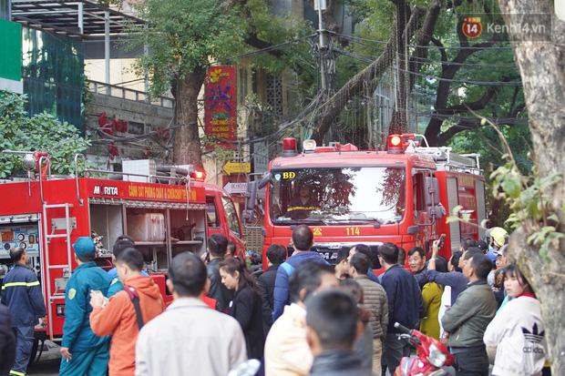 Hà Nội: Cháy dữ dội tầng thượng căn nhà mặt phố Thi Sách, người dân phố cổ hoảng loạn tháo chạy - Ảnh 4.