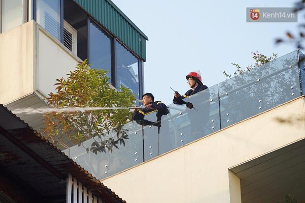 Hà Nội: Cháy dữ dội tầng thượng căn nhà mặt phố Thi Sách, người dân phố cổ hoảng loạn tháo chạy - Ảnh 5.