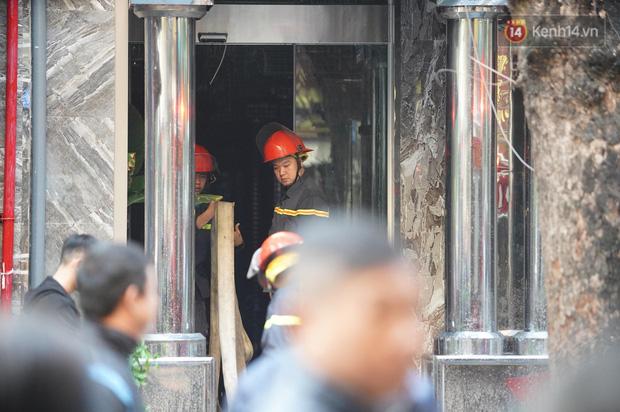 Hà Nội: Cháy dữ dội tầng thượng căn nhà mặt phố Thi Sách, người dân phố cổ hoảng loạn tháo chạy - Ảnh 6.